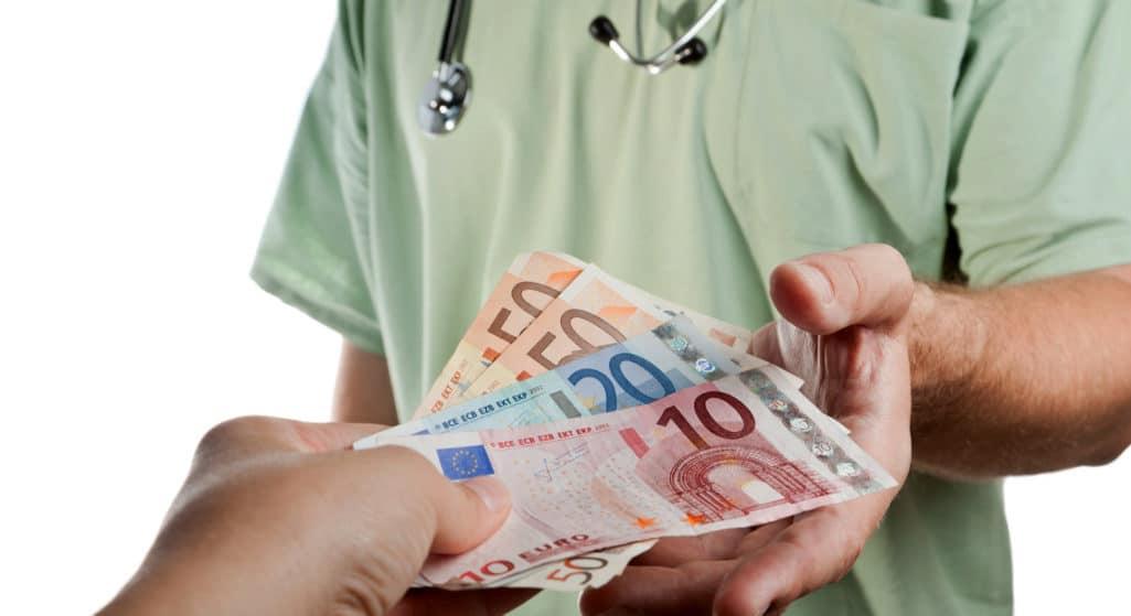 Σε έξι μήνες αργία τέθηκε ο νοσοκομειακός γιατρός ο οποίος πριν από περίπου έναν μήνα είχε πιαστεί επ' αυτοφόρω να λαμβάνει χρήματα (φακελάκι) από ασθενή μετά από χειρουργική επέμβαση.