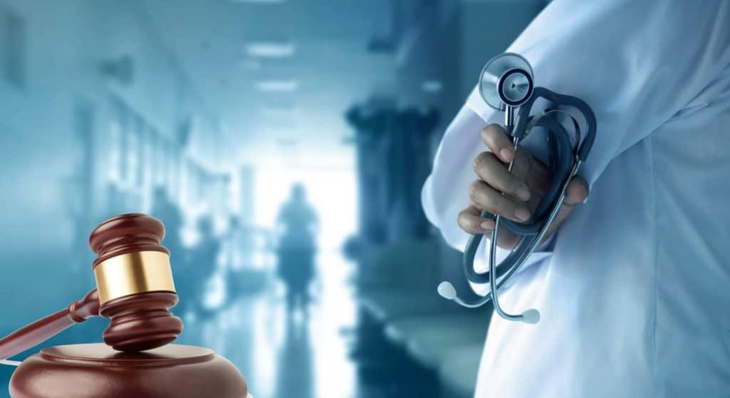 Δικαστής στη Νέα Υόρκη μπλόκαρε προσωρινά τον υποχρεωτικό εμβολιασμό των εργαζομένων στον υγειονομικό τομέα για τoν κορωνοϊό διότι η εντολή που είχε δώσει η Πολιτεία δεν προβλέπει εξαιρέσεις για θρησκευτικούς λόγους.