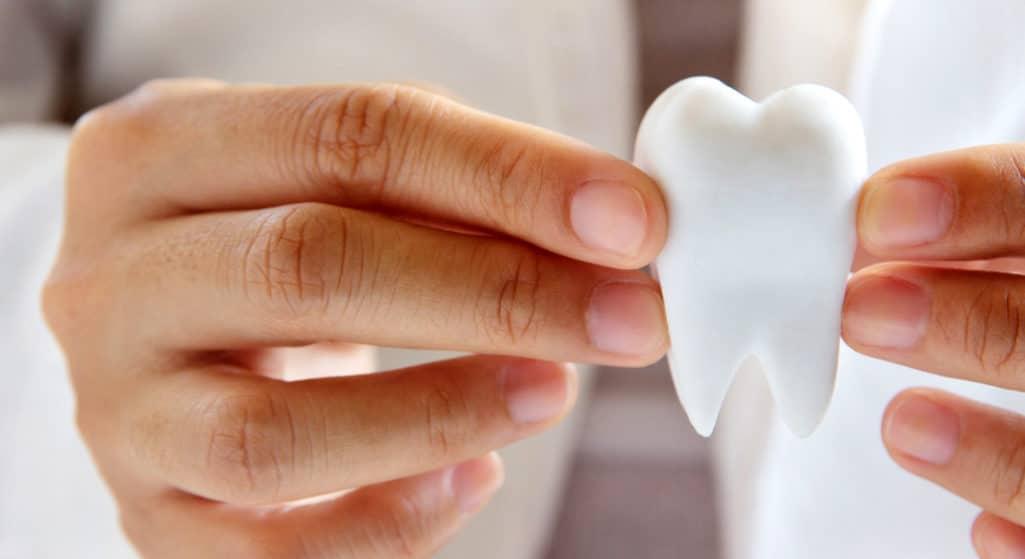 Η Ελληνική Οδοντιατρική Ομοσπονδία – έπειτα και από τις σχετικές διευκρινίσεις του υπουργείου Υγείας – γνωστοποιεί τις επικαιροποιημένες οδηγίες προσέλευσης ασθενών και συνοδών τους μετά τον σάλο που δημιουργήθηκε με την απαίτηση rapid test για ους εμβολιασμένους.