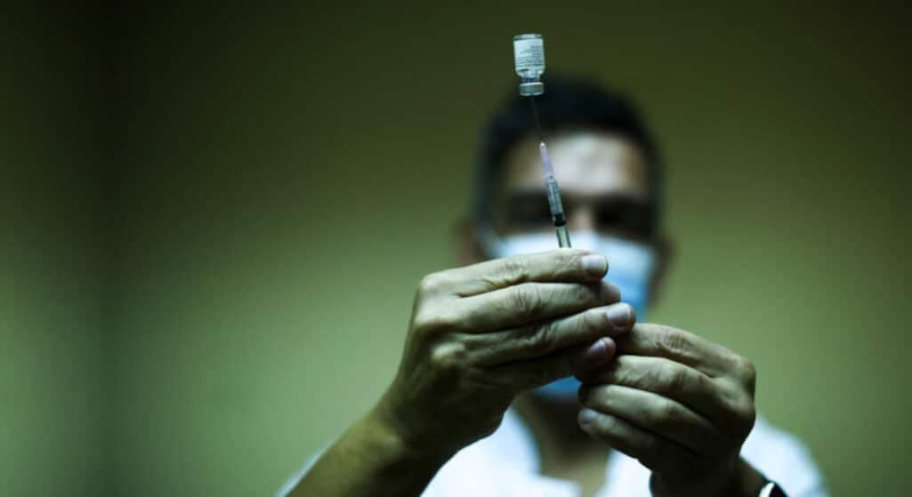 εμβολιάστηκαν Ένα πολύ μικρό ποσοστό, περίπου το 0,01%, δηλαδή ένας στους 10.000, όσων είχαν εμβολιαστεί πλήρως για την Covid-19 στο διάστημα από τον Ιανουάριο μέχρι τον Απρίλιο, προσβλήθηκαν στη συνέχεια από τον νέο κορωνοϊό