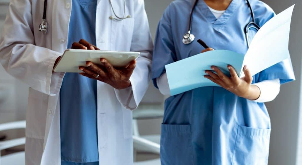 Με κινητοποιήσεις υποδέχτηκαν οι υγειονομικοί το μέτρο της αναστολής εργασίας των ανεμβολίαστων στα νοσοκομεία της χώρας, ξεκαθαρίζοντας ότι τάσσονται υπέρ του εμβολιασμού για τον κορωνοϊό αλλά ενάντια στην «τιμωρητικού χαρακτήρα» κυβερνητική απόφαση για υποχρεωτικό εμβολιασμό, προειδοποιώντας ότι θα δημιουργηθούν τεράστια κενά και λειτουργικά προβλήματα στο σύστημα υγείας.