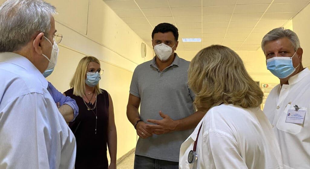 Ο Υπουργός Υγείας Βασίλης Κικίλιας, συνοδευόμενος από τον Καθηγητή Πνευμονολογίας Παναγιώτη Μπεχράκη, επισκέφθηκε το Γενικό Νοσοκομείο Αττικής «Σισμανόγλειο», το οποίο από την πρώτη στιγμή εκδήλωσης της πυρκαγιάς στη Βαρυμπόμπη