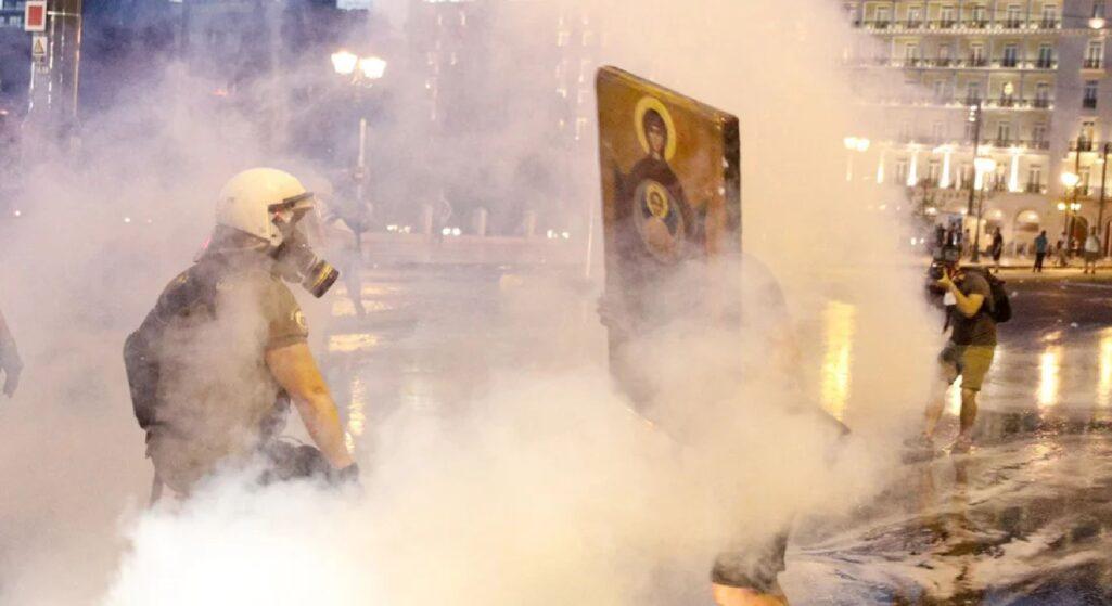 Επεισόδια σημειώθηκαν στην κινητοποίηση ενάντια στον υποχρεωτικό εμβολιασμό στο κέντρο της Αθήνας, στο Σύνταγμα.