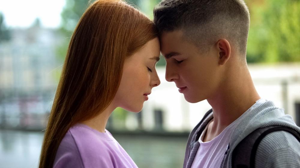 Η εφηβική σεξουαλικότητα είναι ορμητική σαν χείμαρρος, καθώς η είσοδος στην εφηβεία, ως αποτέλεσμα της έναρξης της ορμονικής λειτουργίας των γονάδων, είναι ένα κατακλυσμιαίο γεγονός για τον οργανισμό που τον αλλάζει σε σωματικό και ψυχικό επίπεδο
