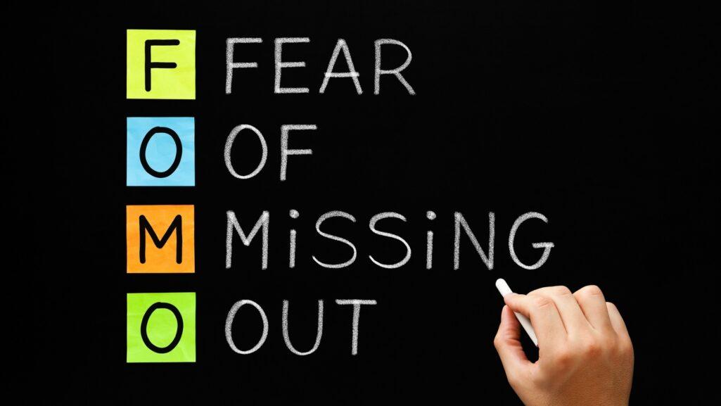 Ο φόβος της περιθωριοποίησης (FoMO-Fear of missing out) είναι μια ψυχολογική κατάσταση που οδηγεί ολοένα και περισσότερους ανθρώπους στον κόσμο να ασχολούνται μανιωδώς με τα social media
