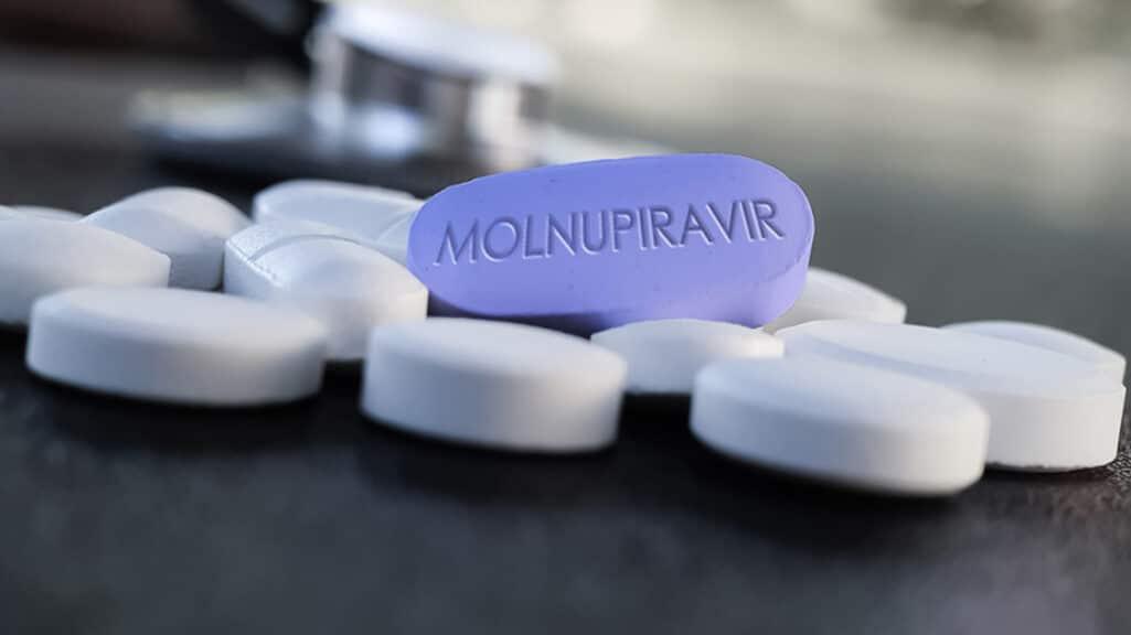 Αίτηση χορήγησης επείγουσας άδειας για το χάπι της (Molnupiravir) κατά του κορωνοϊού υπέβαλε η φαρμακοβιομηχανία Merck στις αρμόδιες ρυθμιστικές αρχές των ΗΠΑ (FDA).
